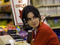 Женщина делала покупки в местном супермаркете