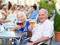 Пожилая пара отправляется в ресторан быстрого питания