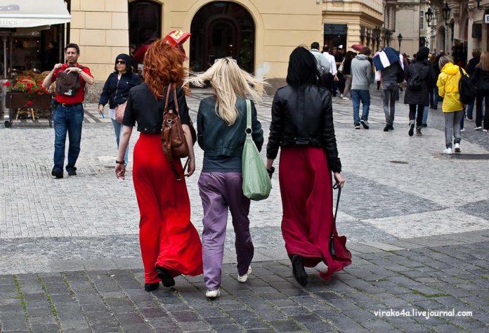 Три женщины работали в одном офисе