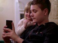 Женщина пыталась забрать у него его маленькую сестру, поскольку она считала это неуместным
