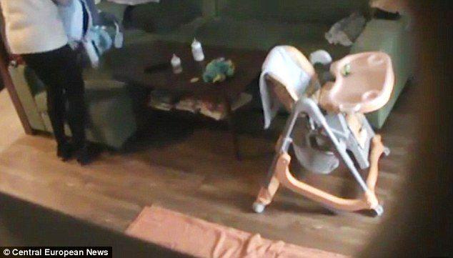 Маленький мальчик сказал, что няня делает странные вещи, после этого, отец установил скрытую камеру…