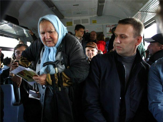 80-летняя бабуля наскребла гору мелочи для проезда в автобусе. Водитель не выдержал и вышел вон.