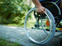 Мама шикнула на сына, когда он стал показывать пальцем на человека в инвалидной коляске