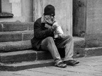 Как поступил бездомный с деньгами, которые ему незаметно подложили