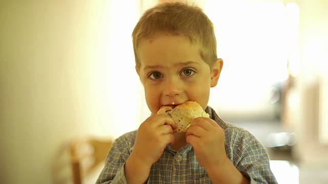 Одноклассник дочери доедал остатки школьных обедов.