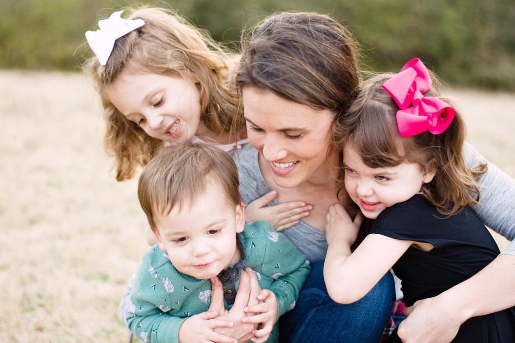 Муж ушёл к другой, оставив меня с детьми. И решил, что я не имею права на новые отношения.